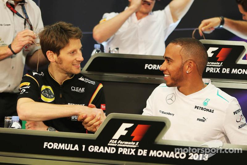 (L naar R): Romain Grosjean, Lotus F1 Team en Lewis Hamilton, Mercedes AMG F1 bij de FIA-persconferentie