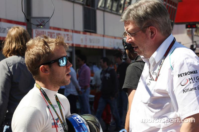 (L naar R): Sam Bird, Testrijder Mercedes AMG F1 met Ross Brawn, Teambaas Mercedes AMG F1