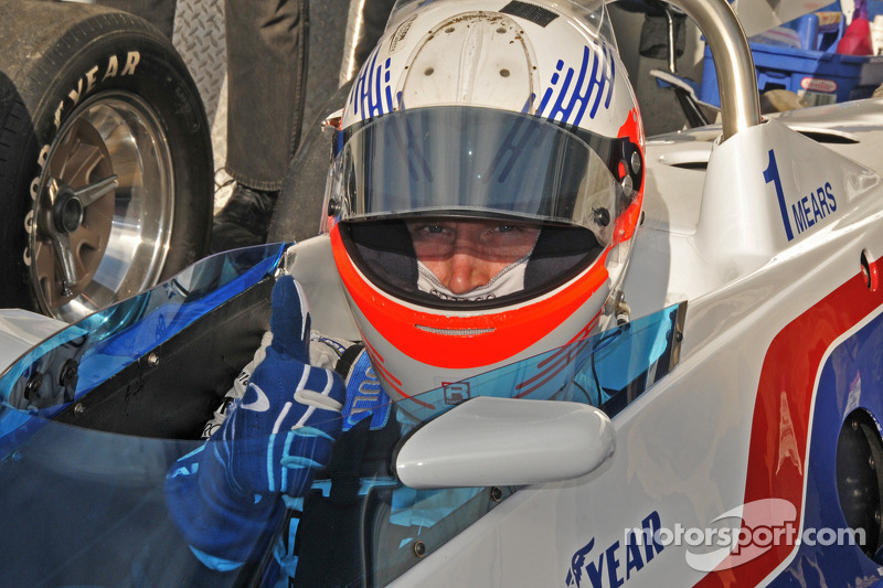 Chris Dyson in een vintage Indy racer