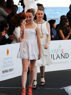 Crianças no Amber Lounge Fashion Show