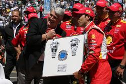 Winner Helio Castroneves, Team Penske Chevrolet