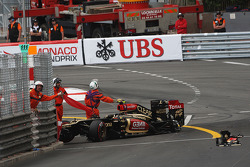 Romain Grosjean, Lotus F1 E21 crashes at the end of the third practice session