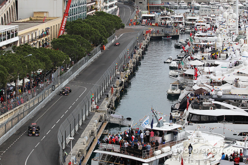 Jean-Eric Vergne, Scuderia Toro Rosso STR8 leads Daniel Ricciardo, Scuderia Toro Rosso STR8