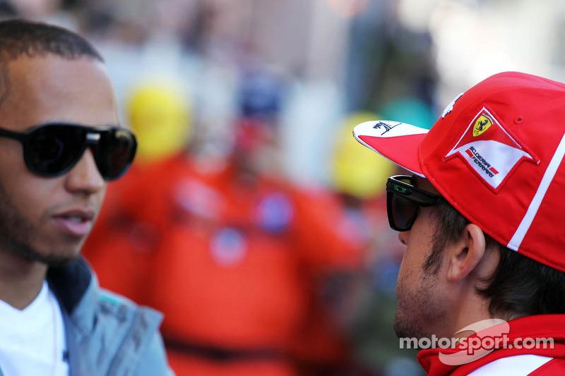 (L naar R): Lewis Hamilton, Mercedes AMG F1 met Fernando Alonso, Ferrari bij de rijdersparade