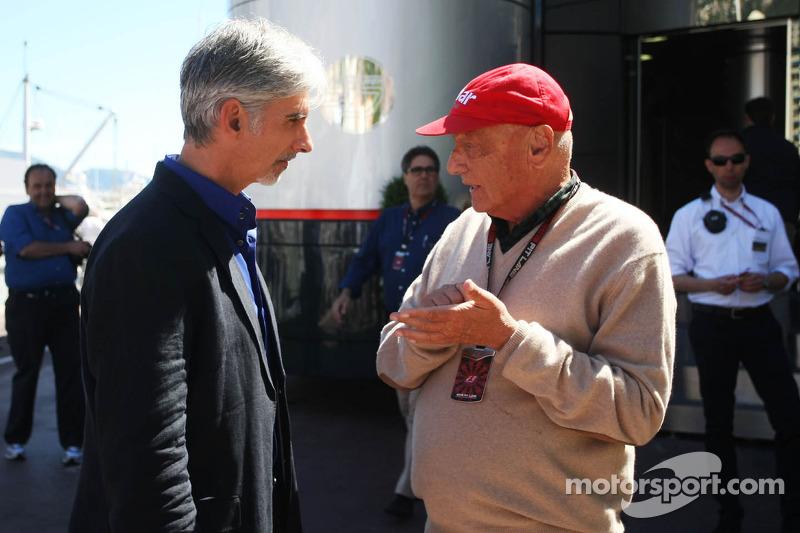 (L naar R): Damon Hill, Sky Sports-presentator met Niki Lauda, Mercedes Non-Executive Chairman