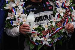 Victory lane: Tony Kanaan, KV Racing Technology Chevrolet celebra