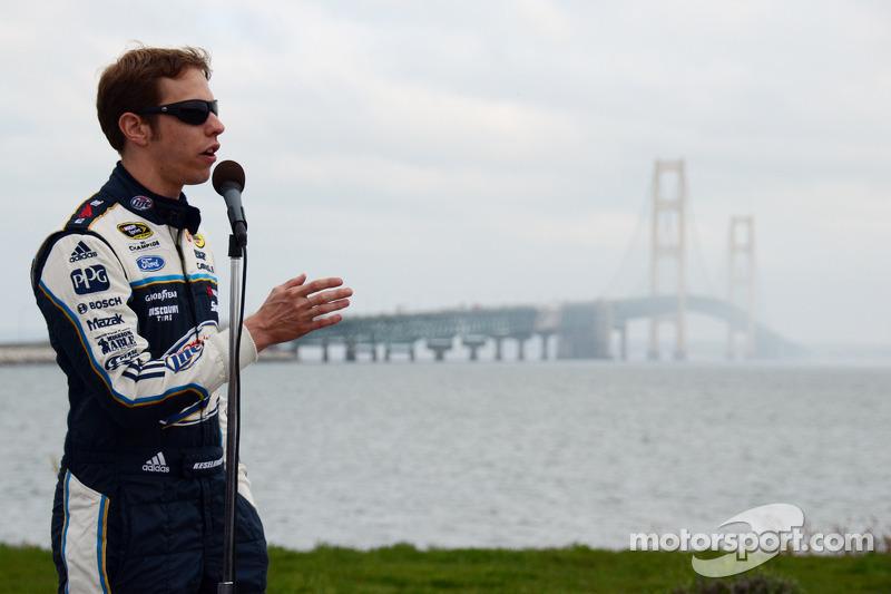 Brad Keselowski, Penske Racing Ford rijdt over de Mackinac Bridge om de race op de Michigan Internat