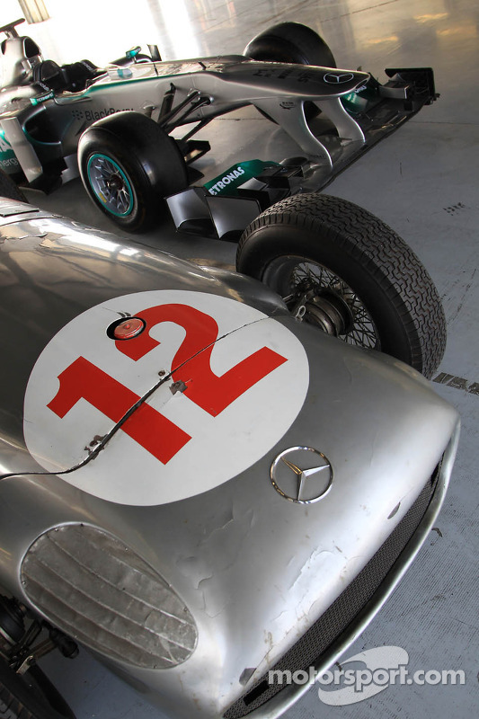 Carros de corrida da Mercedes de Sterling Moss e Lewis Hamilton