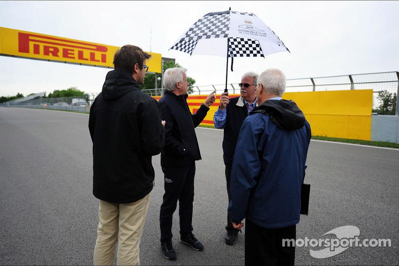 Charlie Whiting, FIA Delegate loopt op het circuit