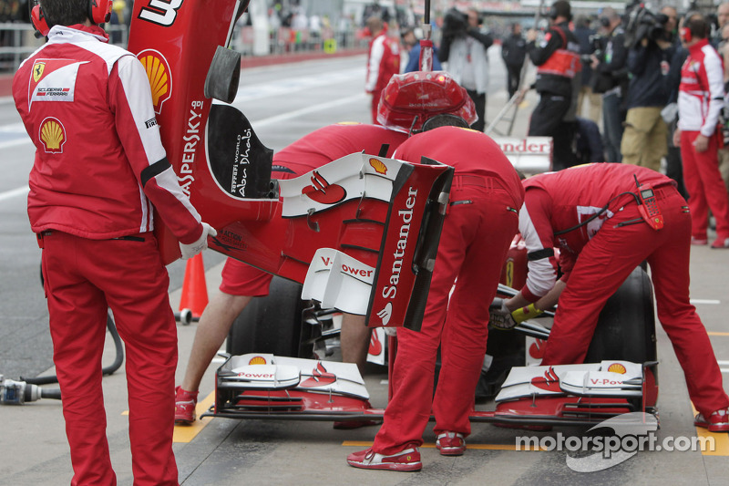 Felipe Massa, Ferrari F138 has his front wing changed in the first practice session
