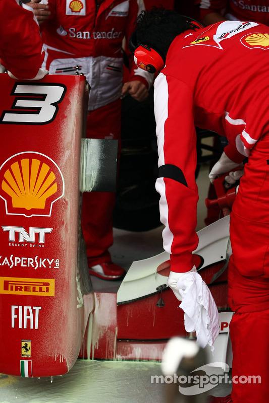 asa dianteira de Fernando Alonso, Ferrari F138 is coberto em tinta aerodinâmica