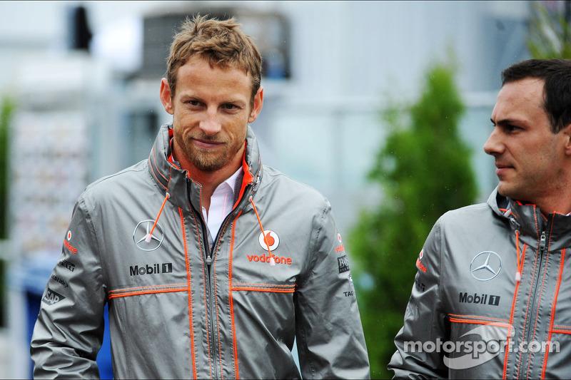 (L naar R): Jenson Button, McLaren met Gary Paffett, Testrijder McLaren