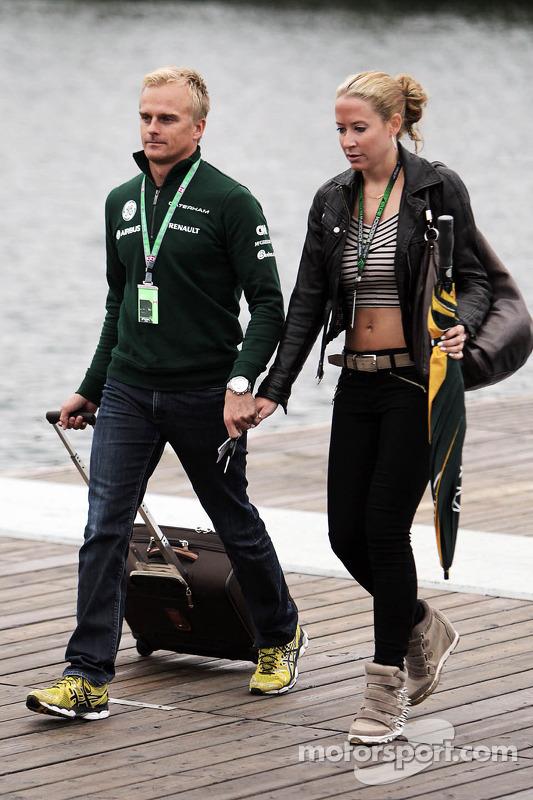 Heikki Kovalainen, Caterham F1 Team com o piloto reserva com sua namorada Catherine Hyde (GBR)