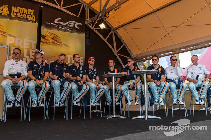 Aston Martin coureurs bij de technische keuring