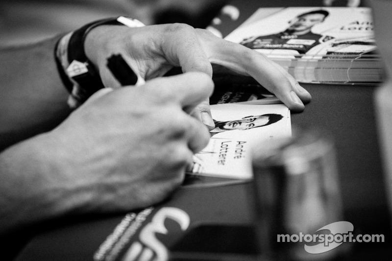 Andre Lotterer zet een handtekening