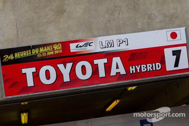 #7 Toyota Racing Toyota TS030 Hybrid borden in de pitstraat
