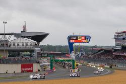 Toyota applying early pressure to Audi jumping up to segundo e terceiro overall through 3 laps