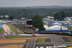 #2 Audi Sport Team Joest Audi R18 e-tron quattro: Tom Kristensen, Allan McNish, Loic Duval voert het veld aan richting de start