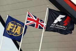 Vlaggen FIA, Groot-Brittannië en F1 bij de Wing