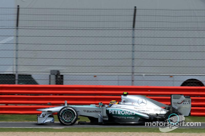 Lewis Hamilton, Mercedes Grand Prix, tras un pinchazo la llanta explotó