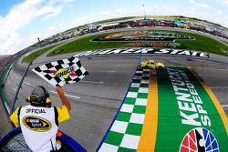 Matt Kenseth, Joe Gibbs Racing Toyota recebe bandeira quadriculada