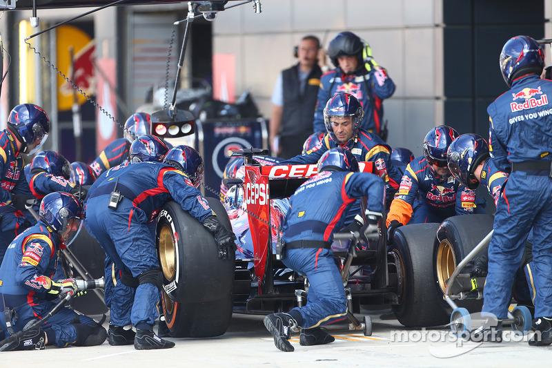 Daniel Ricciardo Scuderia Toro Rosso STR8 pit stop