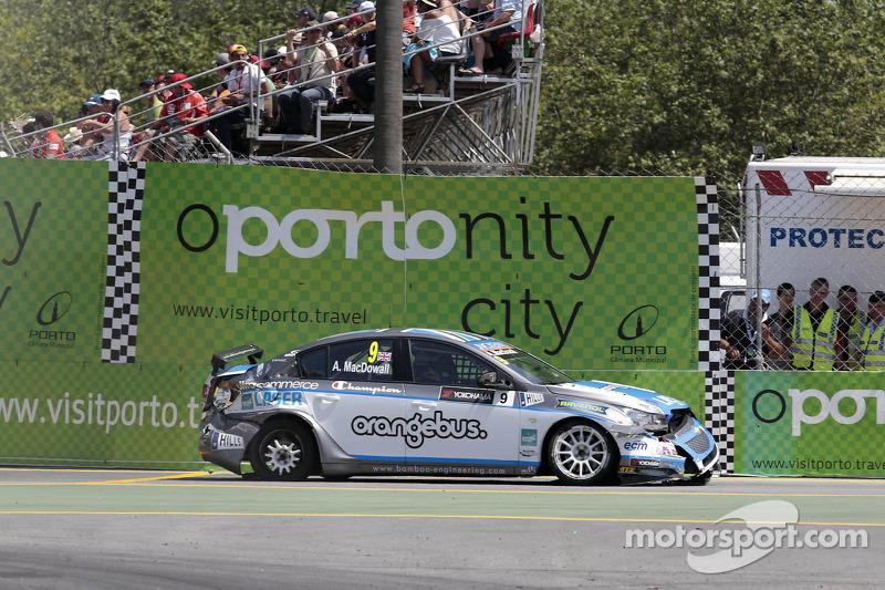 Alex MacDowall, Bamboo Engineering Chevrolet Cruze 1.6 T terug naar de pits na zijn crash