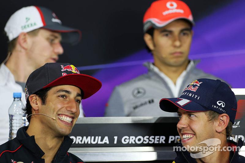 (L naar R): Daniel Ricciardo, Scuderia Toro Rosso en Sebastian Vettel, Red Bull Racing tijdens de FIA-persconferentie