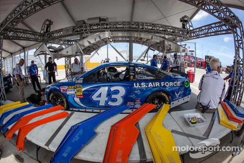 De auto van Aric Almirola, Richard Petty Motorsports Ford bij de technische keuring
