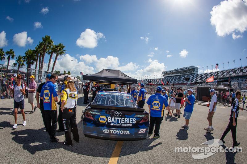 De auto van Martin Truex Jr., Michael Waltrip Racing Toyota bij de technische keuring