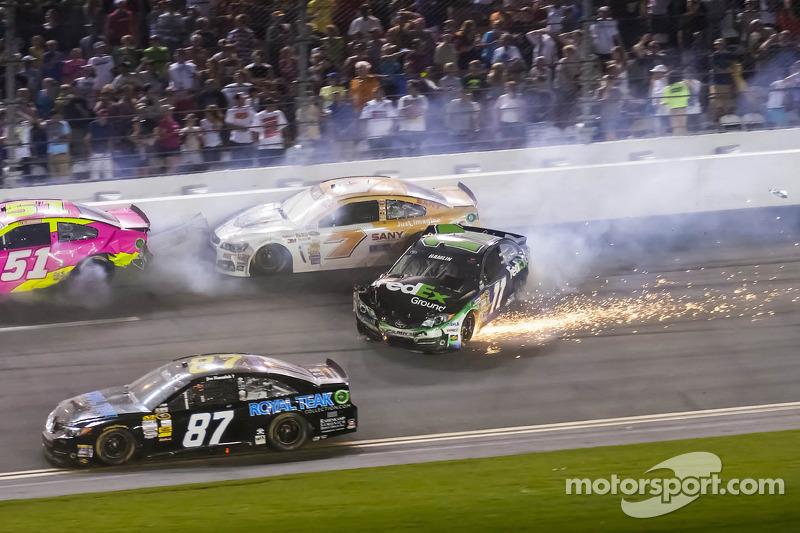 Crash voor Denny Hamlin, Joe Gibbs Racing Toyota