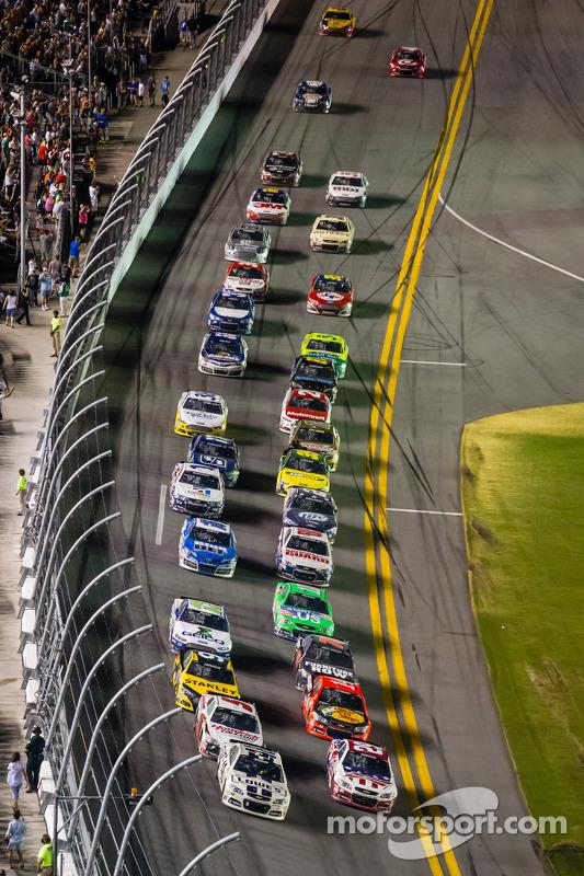 Jimmie Johnson, Hendrick Motorsports Chevrolet idera o campo na relargada