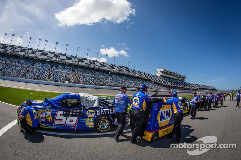 De auto van Martin Truex Jr., Michael Waltrip Racing Toyota klaar voor de kwalificatie
