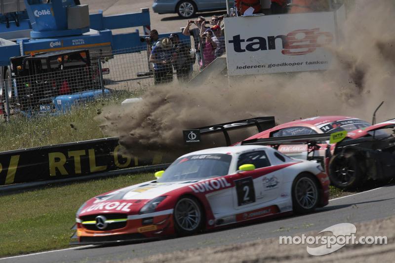 Crash voor the #14 Novadriver Audi R8 LMS ultra: Cesar Campanico, Carlos Viera