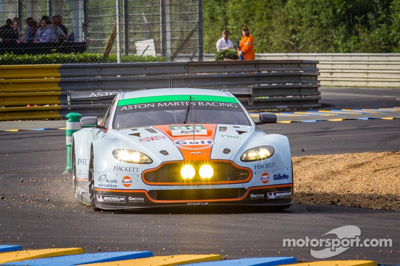 #99 Aston Martin Racing Aston Martin Vantage GTE: Rob Bell, Frédéric Makowiecki, Bruno Senna gaat van de baan