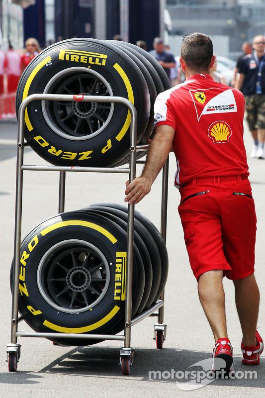 Mecânico da Ferrari com o pneu Pirelli