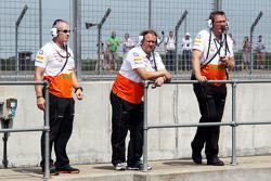 Bob Fernley, Adjunct-teambaas Sahara Force India F1 Team, met Gerry Convy, Personal Trainer of Paul di Resta, Sahara Force India F1 (Left)
