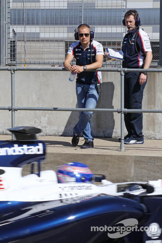 Valtteri Bottas, Williams bekijkt Susie Wolff, Williams FW35 Development Driver bij het verlaten van de pits