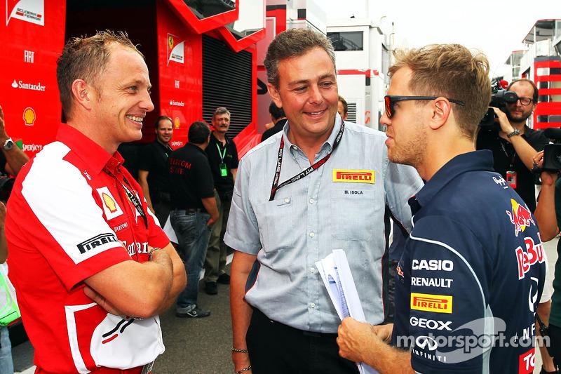 (L naar R): Daniele Tartoni, Ferrari, met Mario Isola, Pirelli Racing Manager en Sebastian Vettel, Red Bull Racing