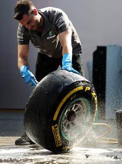 Mecânico da Mercedes AMG F1 lava pneus Pirelli