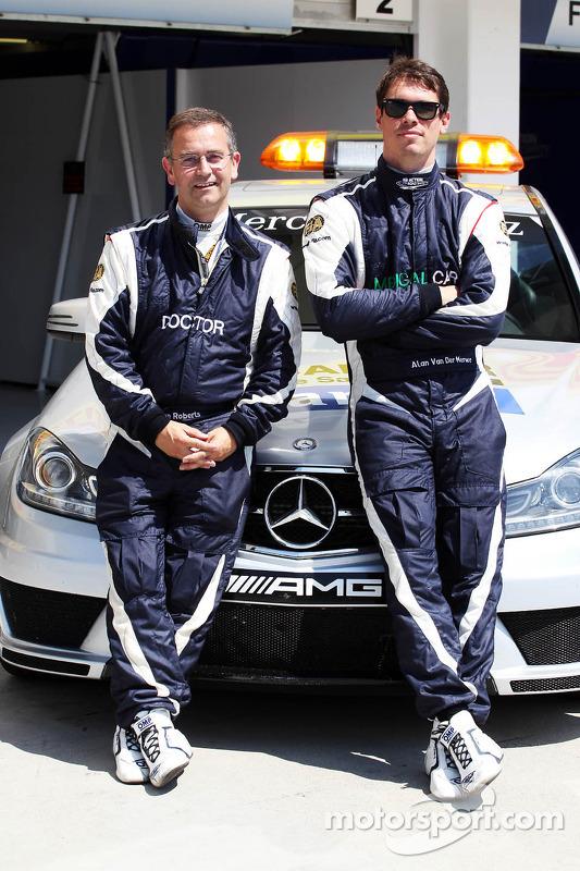 (Da esquerda para direita): Dr Ian Roberts, médico da FIA, com Alan Van Der Merwe, piloto do carro m