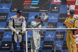 Pódio Internacional: segunda posição Jordan King, vencedor Jazeman Jaafar, terceira posição Antonio Giovinazzi