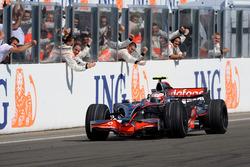 Le vainqueur Heikki Kovalainen, McLaren MP4-23 Mercedes
