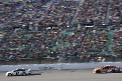 Brad Keselowski, Team Penske, Ford Fusion, Daniel Suarez, Joe Gibbs Racing Toyota