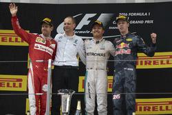 Tweede plaats Sebastian Vettel, Ferrari, Tony Ross, Race Engineer, Mercedes AMG F1, Nico Rosberg, Mercedes AMG F1, racewinnaar, Daniil Kvyat, Red Bull Racing, derde plaats