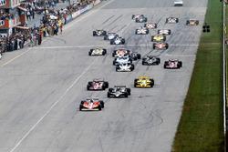 Старт гонки: лидирует Жиль Вильнёв, Ferrari 312T3; следом обладатель поула Марио Андретти, Lotus 79