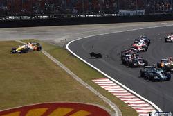 Рубенс Баррикелло, Honda RA107, Хейкки Ковалайнен, Renault R27, вылетает за пределы трассы после контакта