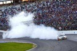 Il vincitore della gara Kevin Harvick, Stewart-Haas Racing Ford