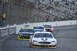 Kevin Harvick, Stewart-Haas Racing Ford, Paul Menard, Richard Childress Racing Chevrolet