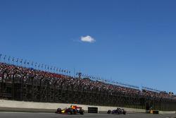 Даниэль Риккардо, Red Bull Racing RB13, и Брендон Хартли, Scuderia Toro Rosso STR12